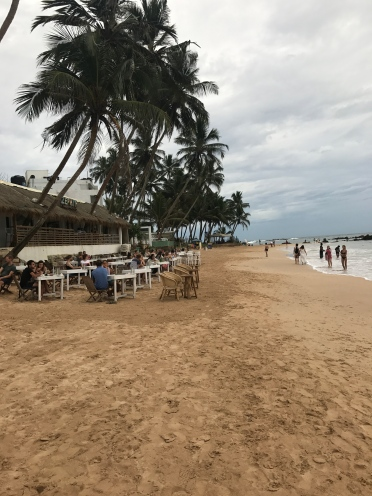 Mirissa sahilinde sakin ve hafif yağmurlu bir gün
